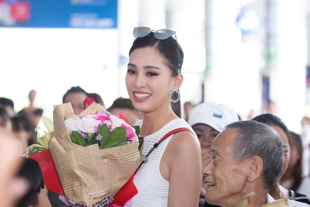 Hoa hậu Trần Tiểu Vy về quê trong vòng vây của người hâm mộ - 3