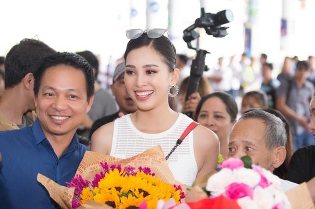 Hoa hậu Trần Tiểu Vy về quê trong vòng vây của người hâm mộ - 7