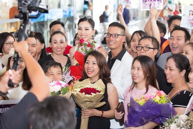 Rất đông người hâm mộ chụp hình với Tiểu Vy