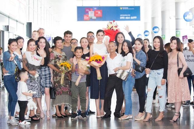Hoa hậu Trần Tiểu Vy về quê trong vòng vây của người hâm mộ - 10