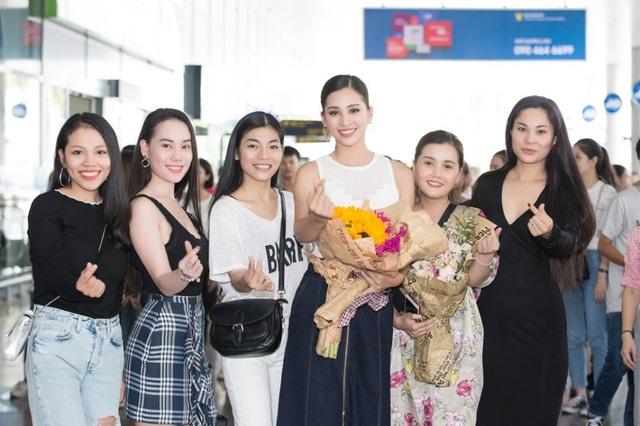 Hoa hậu Trần Tiểu Vy trong vòng vây người hâm mộ