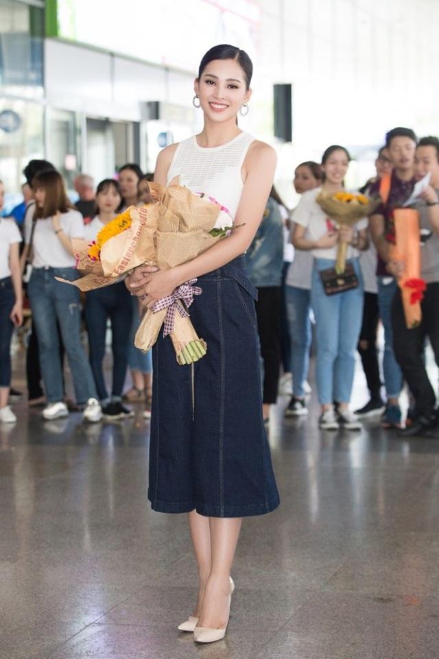 Trần Tiểu Vy nhận được những bó hoa tươi từ người hâm mộ ở sân bay