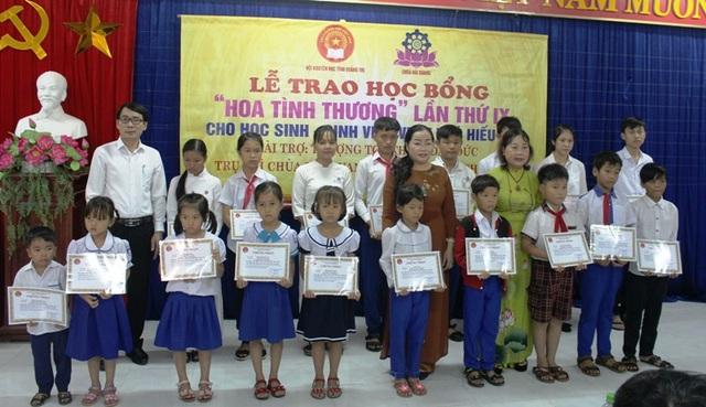 Lãnh đạo Hội Khuyến học, Sở GD-ĐT và nhà tài trợ trao học bổng cho các em học sinh có hoàn cảnh khó khăn