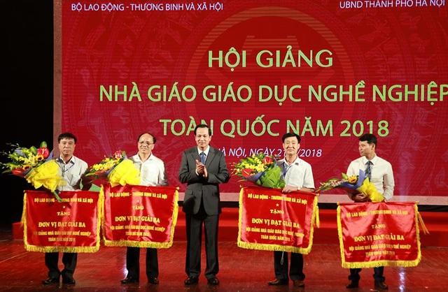 Bộ trưởng Đào Ngọc Dung trao Cờ thi đua tới các đoàn dự thi. (Ánh: Dũng Mạnh)