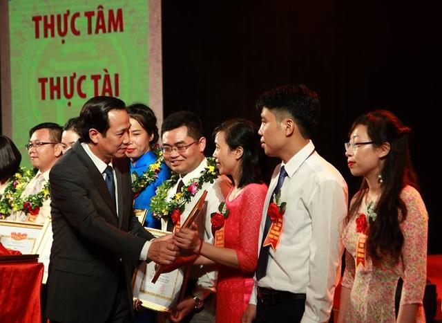 Bộ trưởng Bộ LĐ-TB&XH Đào Ngọc Dung trao bằng khen tới các nhà giáo đoạt giải. (Ảnh: Dũng Mạnh)