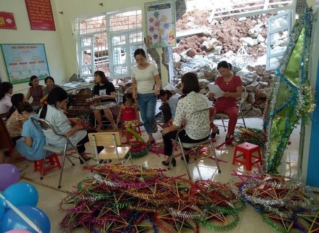 Các thầy cô giáo trường Tiểu học Tam Chung chuẩn bị đồ trung thu cho các em học sinh