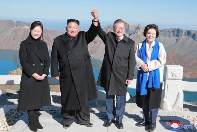 Tổng thống Moon Jae-in và nhà lãnh đạo Kim Jong-un cùng hai phu nhân chụp ảnh trên núi Paekdu trong chuyến thăm Triều Tiên của nhà lãnh đạo Hàn Quốc (Ảnh: Reuters)