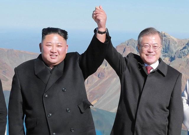 Tổng thống Moon Jae-in và nhà lãnh đạo Kim Jong-un nắm tay trên đỉnh núi Paekdu tại Triều Tiên hồi tháng 9 (Ảnh: Reuters)
