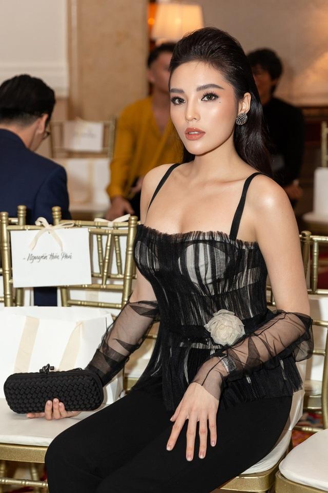 Từng tham gia Tuần thời trang Milan 2017 nên sự việc Kỳ Duyên ngồi hàng ghế đầu tham gia các Tuần lễ thời trang không quá bất ngờ.