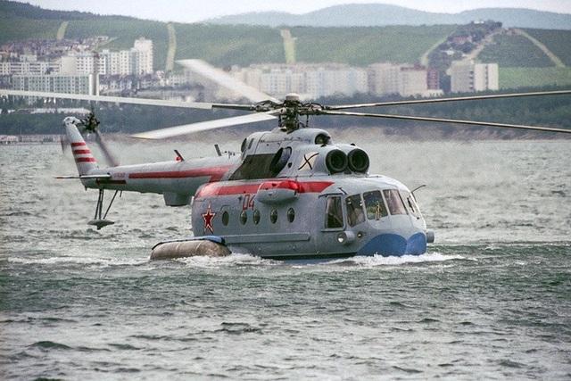 Được phát triển dựa trên mẫu trực thăng Mi-8 nổi tiếng của Hải quân Liên Xô, Mi-14 là trực thăng săn ngầm lưỡng cư với thiết kế đặc biệt hình chiếc thuyền giúp trực thăng này hạ cánh dễ dàng trên mặt nước và chịu được gió lớn. Mi-14 có khả năng mang theo vũ khí hạt nhân tiêu diệt tàu ngầm đối phương trong bán kính 1.000m.