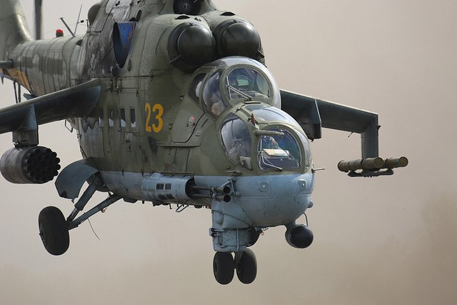 """Mi-24 là trực thăng tấn công được Không quân Liên Xô sử dụng từ năm 1972. Hơn 45 quốc gia khác cũng sử dụng loại trực thăng này. Các phi công Liên Xô gọi Mi-24 là """"xe tăng bay"""" với khả năng yểm trợ rất tốt cho lực lượng bộ binh và có thể tiêu diệt mọi mục tiêu trên mặt đất bằng các loại vũ khí được trang bị."""
