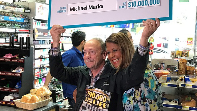 Ông Michael Marks nhận giải thưởng 10 triệu USD. (Nguồn: abc7NY)