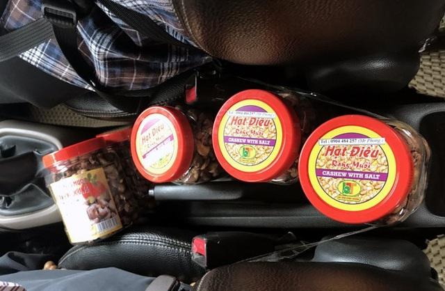 Những hộp hạt điều được tài xế bày trên xe, bán cho khách hàng có nhu cầu mua