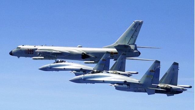 Hai chiến đấu cơ Su-35 và máy bay ném bom H-6K của Quân Giải phóng Nhân dân Trung Quốc. Ảnh: THX