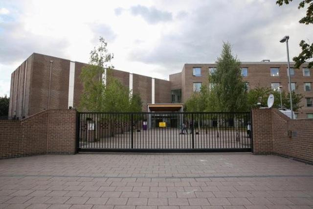 Vụ việc xảy ra tại trường William Perkin Church of England High School ở Greenford, phía Tây London