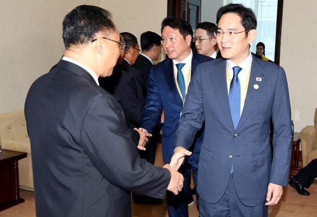 Phó Chủ tịch Tập đoàn Samsung Yay. Y Lee và Chủ tịch Tập đoàn SK Chey Tae-won gặp Phó Thủ tướng Triều Tiên Ri Ryong Nam tại Bình Nhưỡng nhân chuyến thăm của Tổng thống Hàn Quốc tới Triều Tiên. (Ảnh: Reuters)
