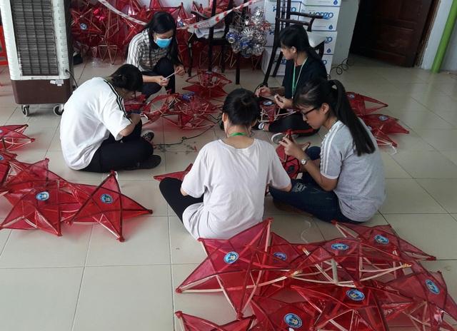 Một nhóm sinh viên Trường ĐH Văn Hiến chuẩn bị nhiều lồng đèn để tặng học trò nghèo tỉnh Đồng Tháp