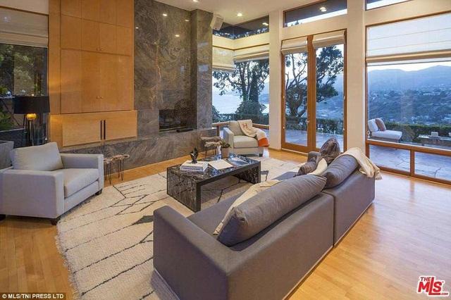 Phòng khách lớn nơi có thể ngắm hoàng hôn và bình minh