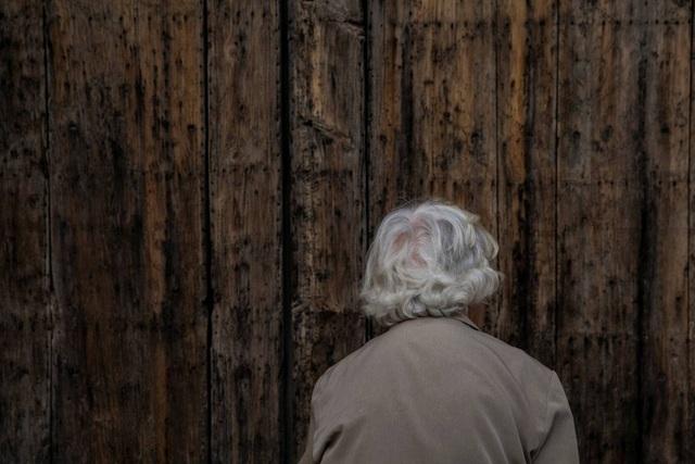 Bà Sinforosa chuẩn bị mở cửa nhà thờ nhỏ trong làng.