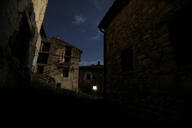 Những ngôi nhà hoang trong làng.