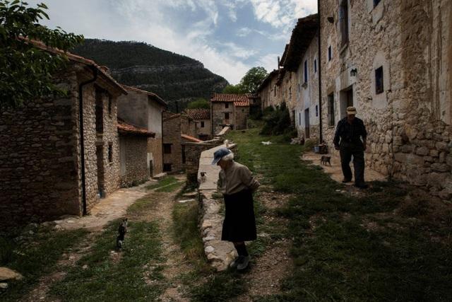 Hai ông bà cùng đi bộ trong làng.