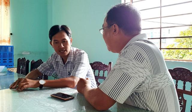 Ông Bui Trọng Nin (bên trái) trao đổi với PV Dân trí