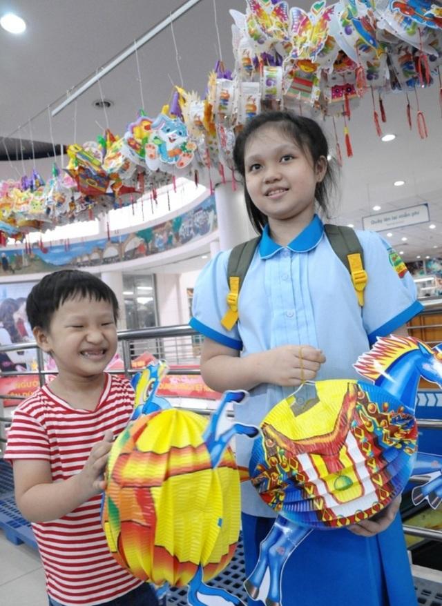 Các đồ chơi trẻ em dịp Tết Trung thu cũng được các bậc phụ huynh quân tâm ưu tiên mua hàng rõ nguồn gốc và hàng Việt Nam.