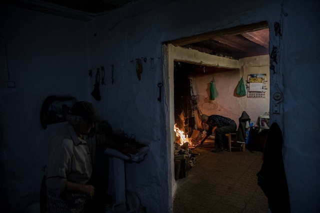 Ông Juan Martin nhóm bếp củi chuẩn bị nấu ăn.