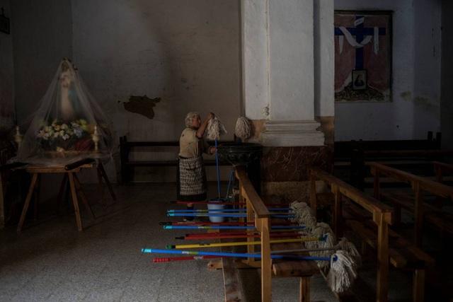 Bà Sinforosa chuẩn bị dọn dẹp nhà thờ trong làng.