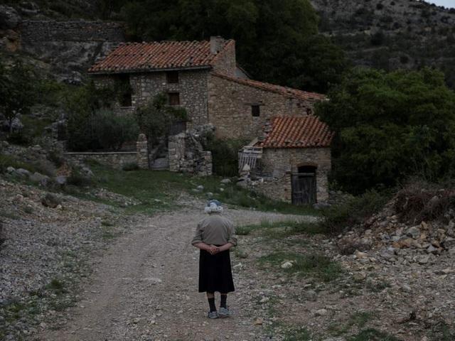 Miền quê Aragon của Tây Ban Nha là một nơi có dân cư thưa thớt và ngày càng vắng vẻ hơn. Ảnh: Bà Sinforosa đi bộ trong ngôi làng vắng lặng La Estrella.