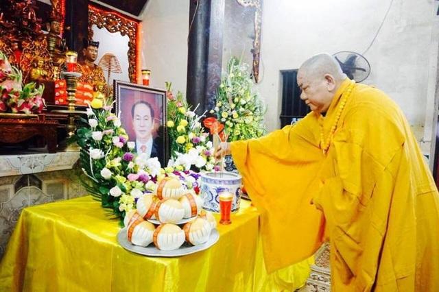 Lễ dâng hương và tụng kinh cầu siêu cho hương linh Chủ tịch nước Trần Đại Quang tối 22/9 tại Ninh Bình.