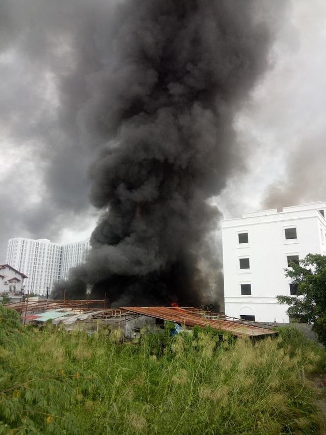 TPHCM: Kho xưởng bốc cháy dữ dội, khu dân cư náo loạn - 1