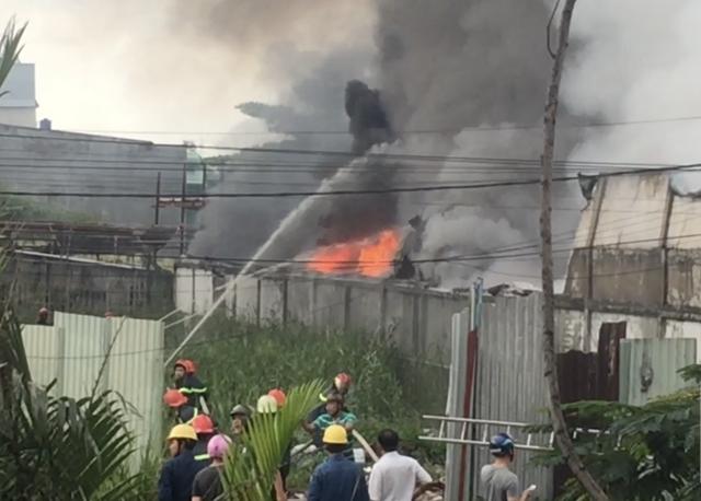 Cảnh sát triển khai dập lửa tại hiện trường