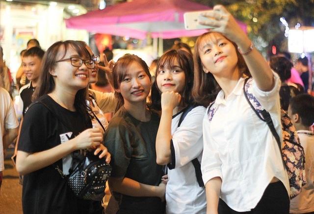 Sau khi kết thúc buổi học tại trường, nhóm bạn đến từ Học viện Ngân hàng và ĐH quốc gia Hà Nội này đã rủ nhau bắt xe buýt đến ngay phố Hàng Mã để chơi Trung thu.
