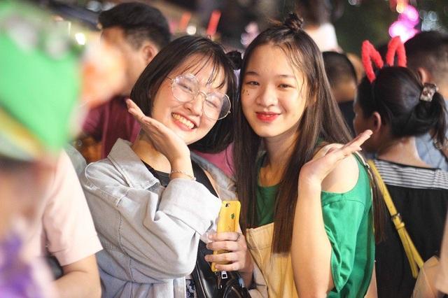 Cô bạn Trần Hồng Quyên và bạn tìm đến phố Hàng Mã với mong muốn có được những bức hình đẹp.