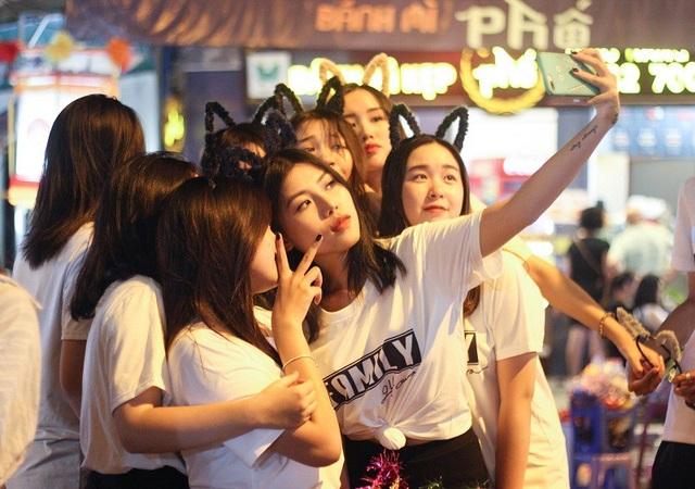 Bạn trẻ Hà thành rủ nhau về phố Hàng Mã chơi Tết Trung thu - 9