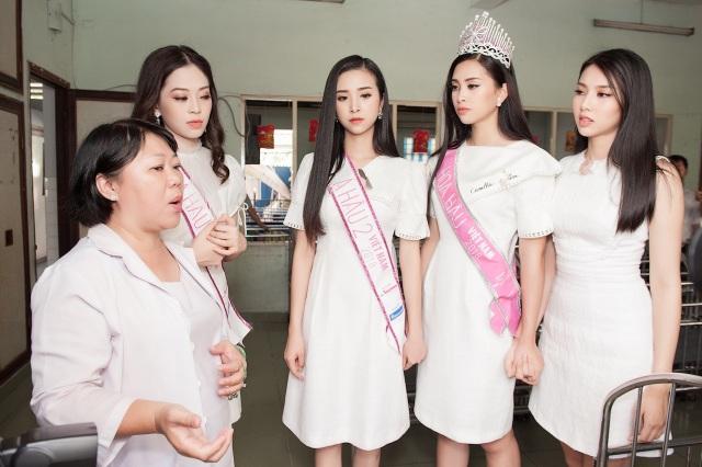 Trần Tiểu Vy rơi nước mắt khi đến trao quà cho trẻ tàn tật, mồ côi - 1
