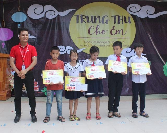 Đà Nẵng: Trao học bổng và quà Tết Trung thu đến trẻ em nghèo vùng núi - 2