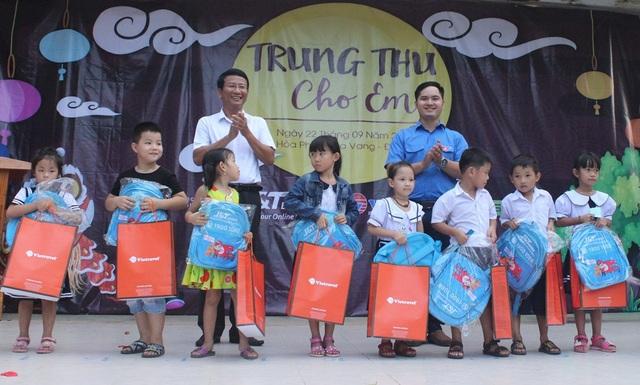 350 suất quà Tết Trung thu được trao đến các em học sinh ở xã Hoà Phú, huyện Hoà Vang, Đà Nẵng