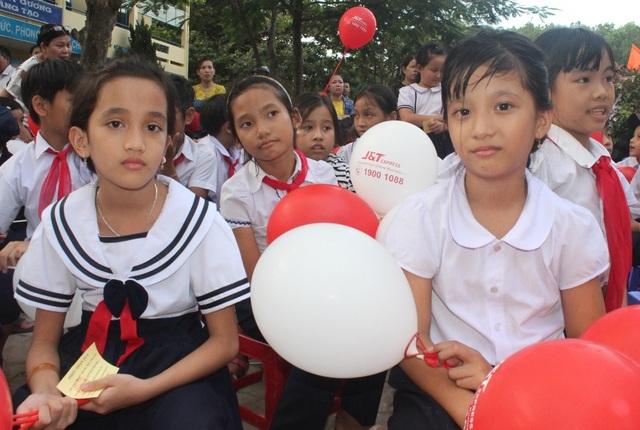 Đà Nẵng: Trao học bổng và quà Tết Trung thu đến trẻ em nghèo vùng núi - 4