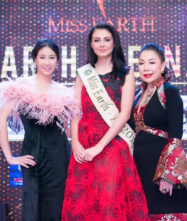 Michelle Gómez đọ dáng cùng hoa hậu Hà Kiều Anh.