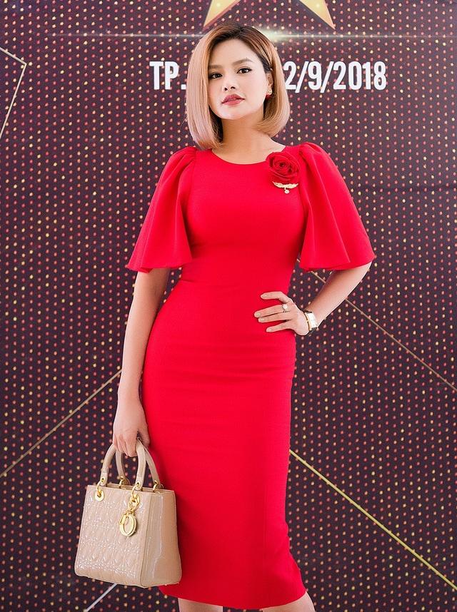 Người mẫu Vũ Thu Phương trẻ trung với váy đỏ ôm quyến rũ