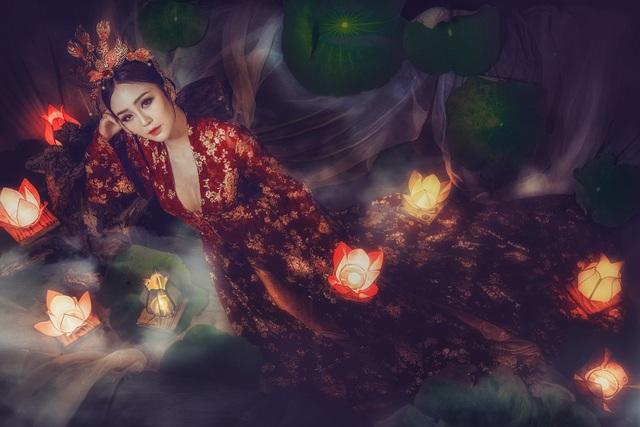 Theo anh Nhật Dũng và chị Tuyết Nhung, những người đã lên ý tưởng cho trang phục và bộ ảnh này chia sẻ thì ý tưởng đèn trung thu xưa được đốt bằng nến đèn hoa sen, nên ekip rất vất vả để đi cắt lá sen và đèn thì được đặt từ Hội An.