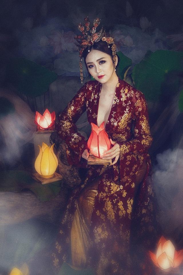 Người đẹp được thiết kế riêng chiếc váy nhung và lụa thun ánh kim đầy sang trọng và vô cùng lung linh tôn sự mềm mại, quyến rũ.
