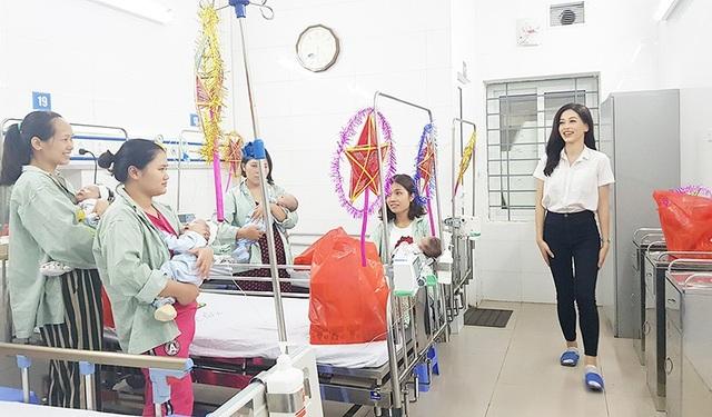 Sự thân thiện và chân thành của Á hậu Bùi Phương Ngakhiến những bệnh nhân và người nhà cảm thấy ấm lòng.