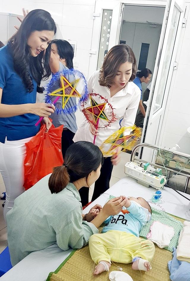 Đỗ Mỹ Linh và Ngô Thanh Thanh Tú tận tình thăm hỏi từng bệnh nhân và người nhà, tận tay trao quà động viên các em bé đang điều trị tại viện