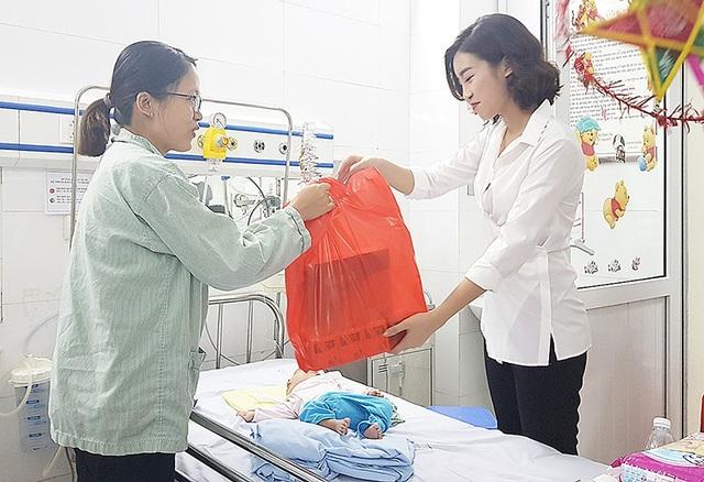 Tân Á hậu Phương Nga trao quà Trung thu tới em nhỏ tại bệnh viện - 6