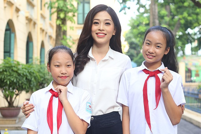 Tân Á hậu thân thiện chụp ảnh cùng các tình nguyện viên nhỏ tuổi