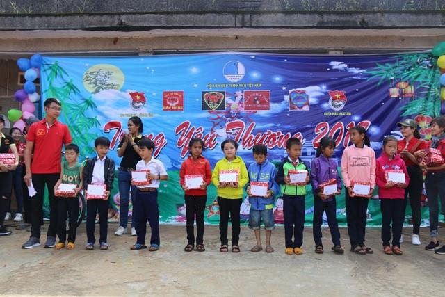 20 suất học bổng dành tặng học sinh nghèo dịp tết trung thu