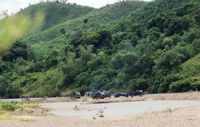 Nhiều phương tiện vận chuyển cát, sỏi giữa lòng sông
